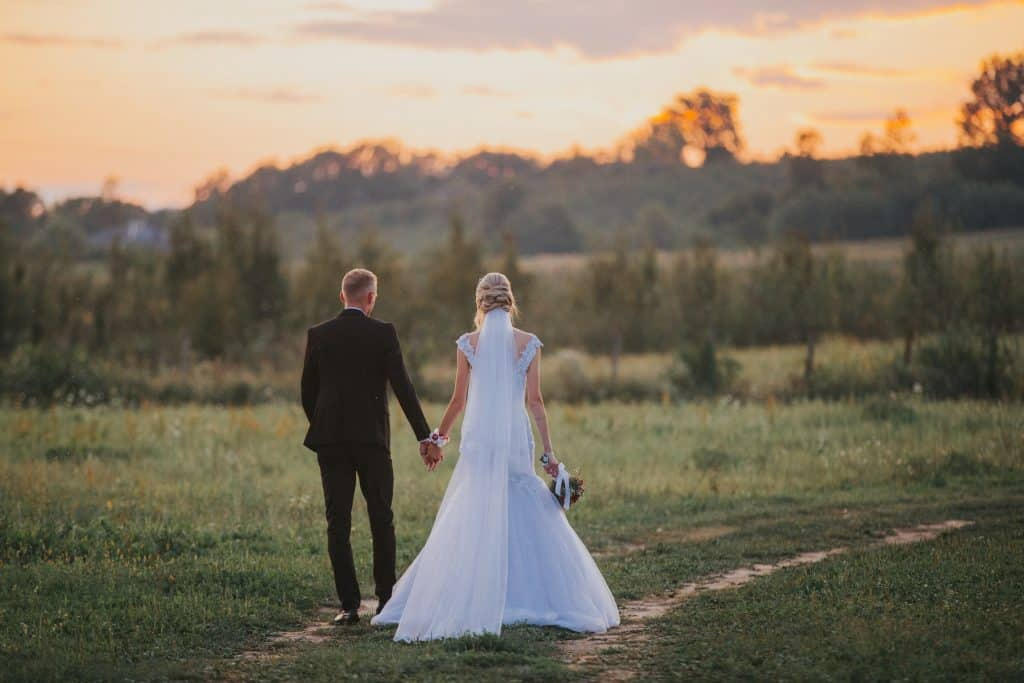 what should a wedding photographer wear